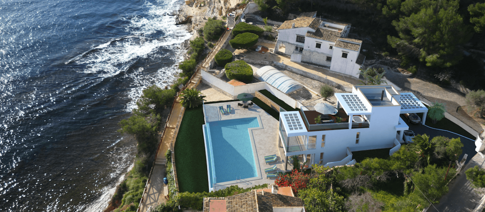 Houses apartments and luxury villas for sale in costa for Casas junto al mar